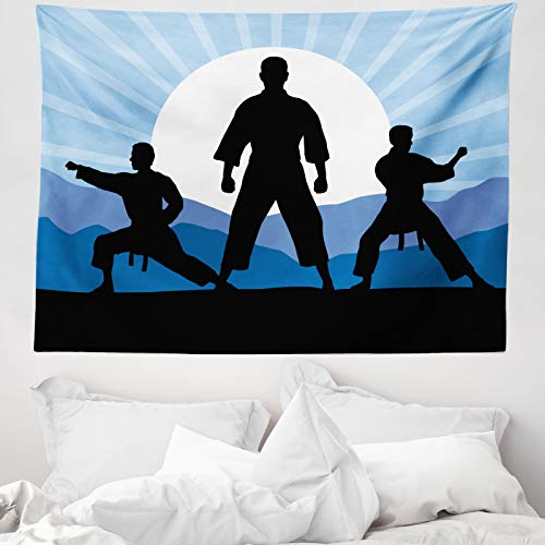 ABAKUHAUS Kung fu Tapiz de Pared y Cubrecama Suave, Karate Hombres Siluetas Sol, Lavable Colores Firmes, 150 x 110 cm, Cielo Azul Gris